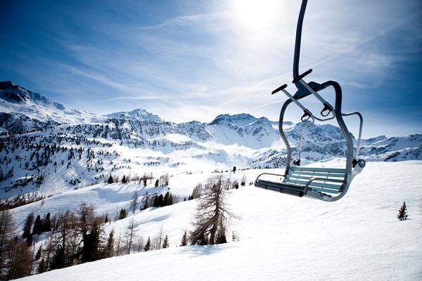 מעליות סקי, הרים ורצח / מוניקה ברג